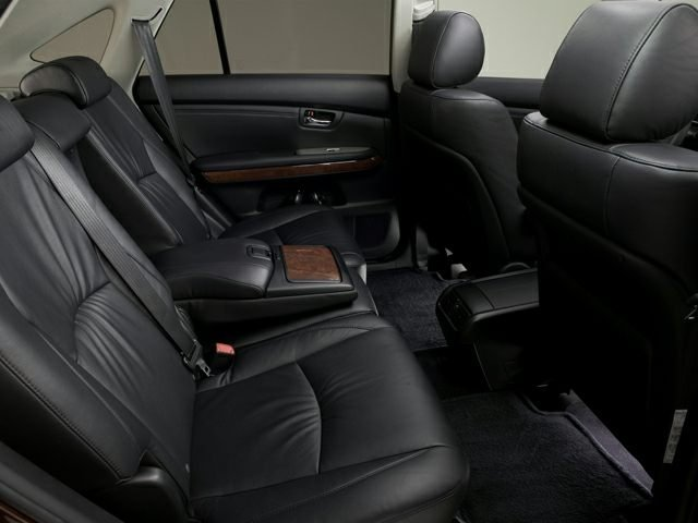 Nội thất ghế sau của Lexus RX350 đời 2009