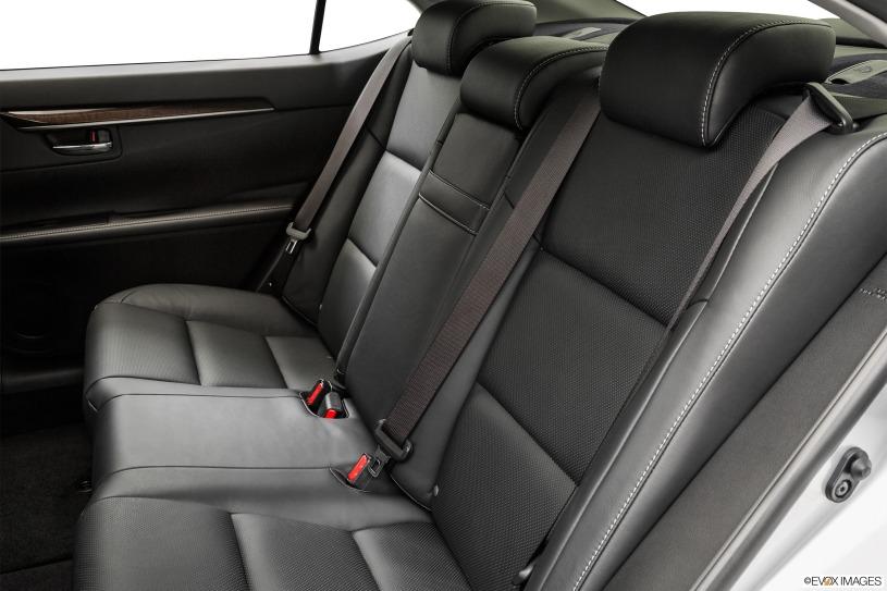 không gian hàng ghế sau Lexus ES350 đời 2015