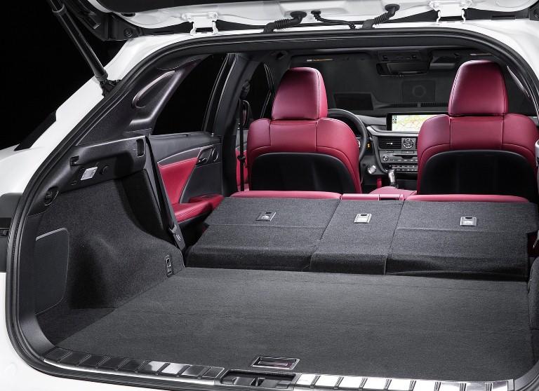 Cốp xe của Lexus RX350 đời 2018 được thiết kế rộng và thoáng hơn rất nhiều
