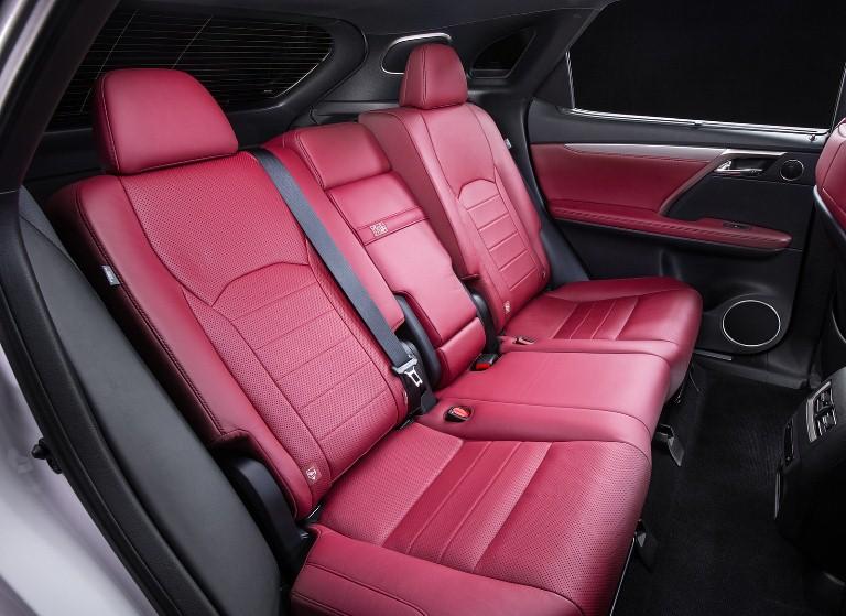 Các chi tiết trên Lexus RX350 đời 2018 cũng được bọc da cao cấp