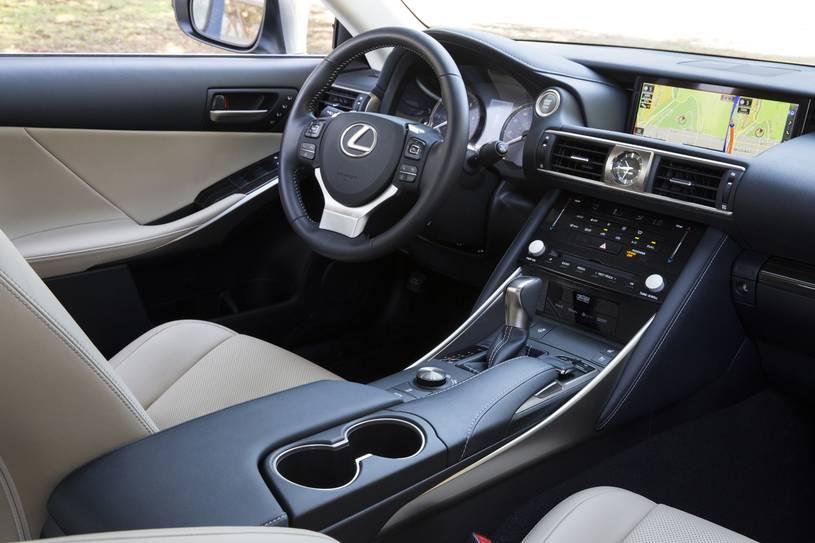 nội thất khoang cabin Lexus IS300 2019