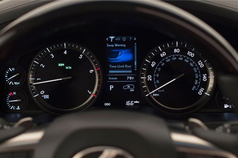 đồng hồ analog hiển thị thông lái xe