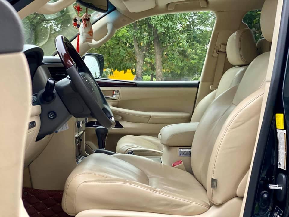 Lexus LX570 đời 2013 màu đen nội thất kem
