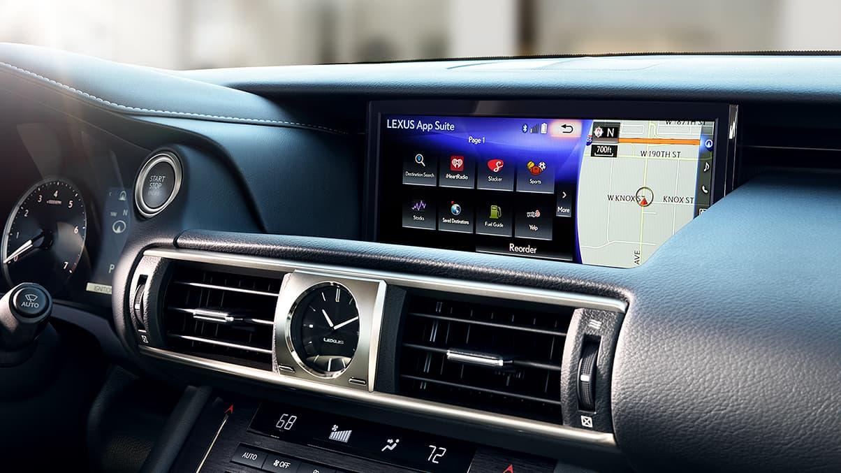 màn hình hiển thị thông tin, cửa gió điều hòa và đồng hồ