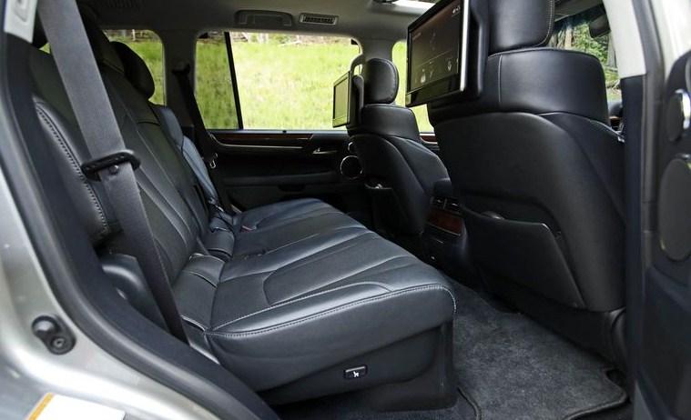 nội thất Lexus LX570 ở hàng ghế giữa