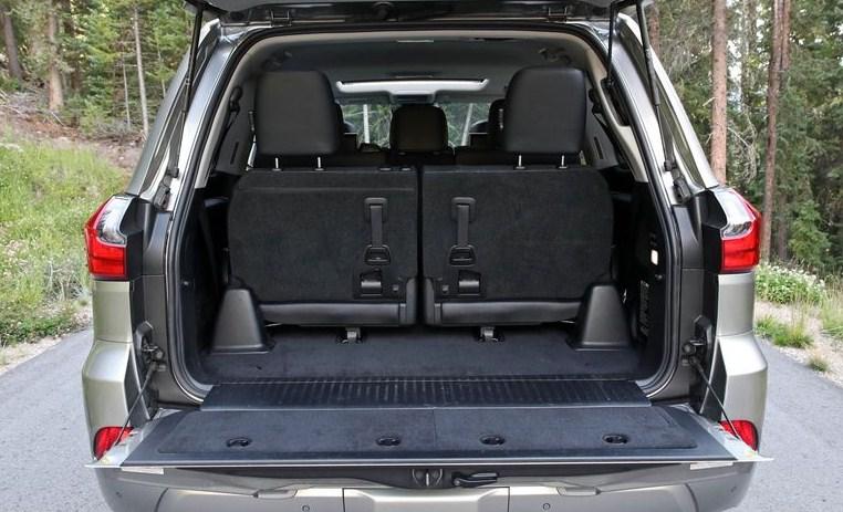 Nội thất xe Lexus Lx570: Cốp chứa đồ bọc nỉ xịn, siêu rộng