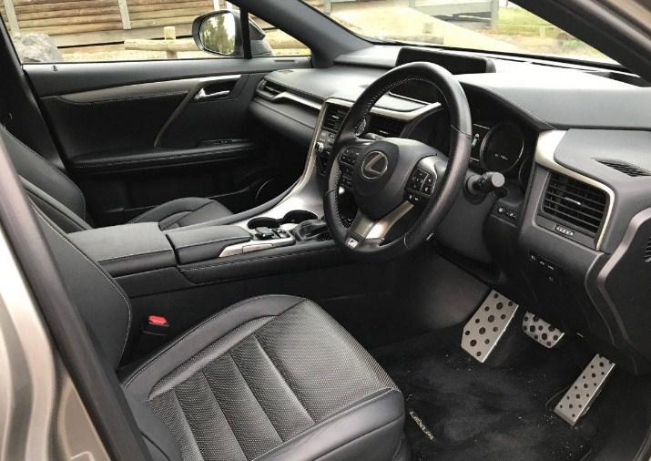 Nội thất gỗ và crôm đắt tiền của Lexus RX450h