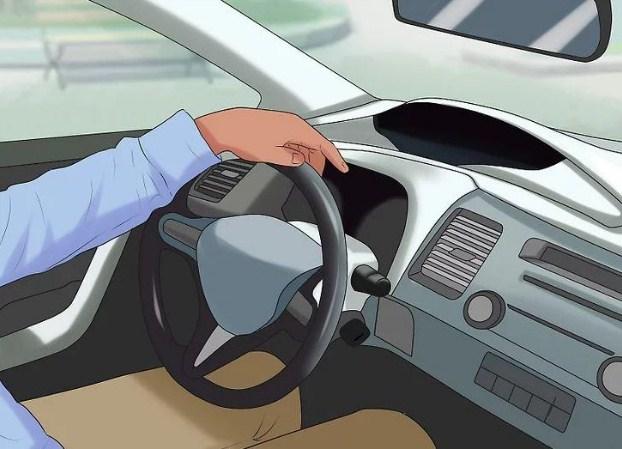 Đặt tay trái của bạn vào giữa trên cùng của tay lái