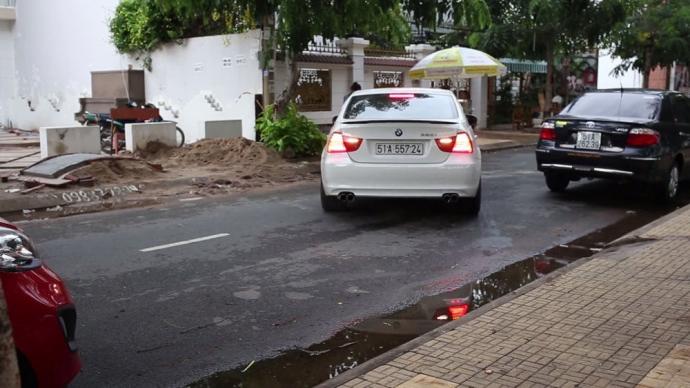 Tìm hiểu kỹ thuật đánh lái khi lùi ô tô ở đường hẹp