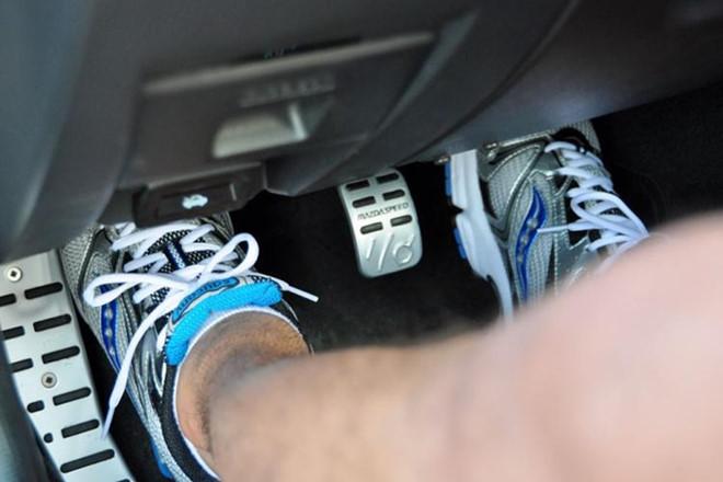 Cách đặt bàn chân côn đúng cho người mới tập lái xe