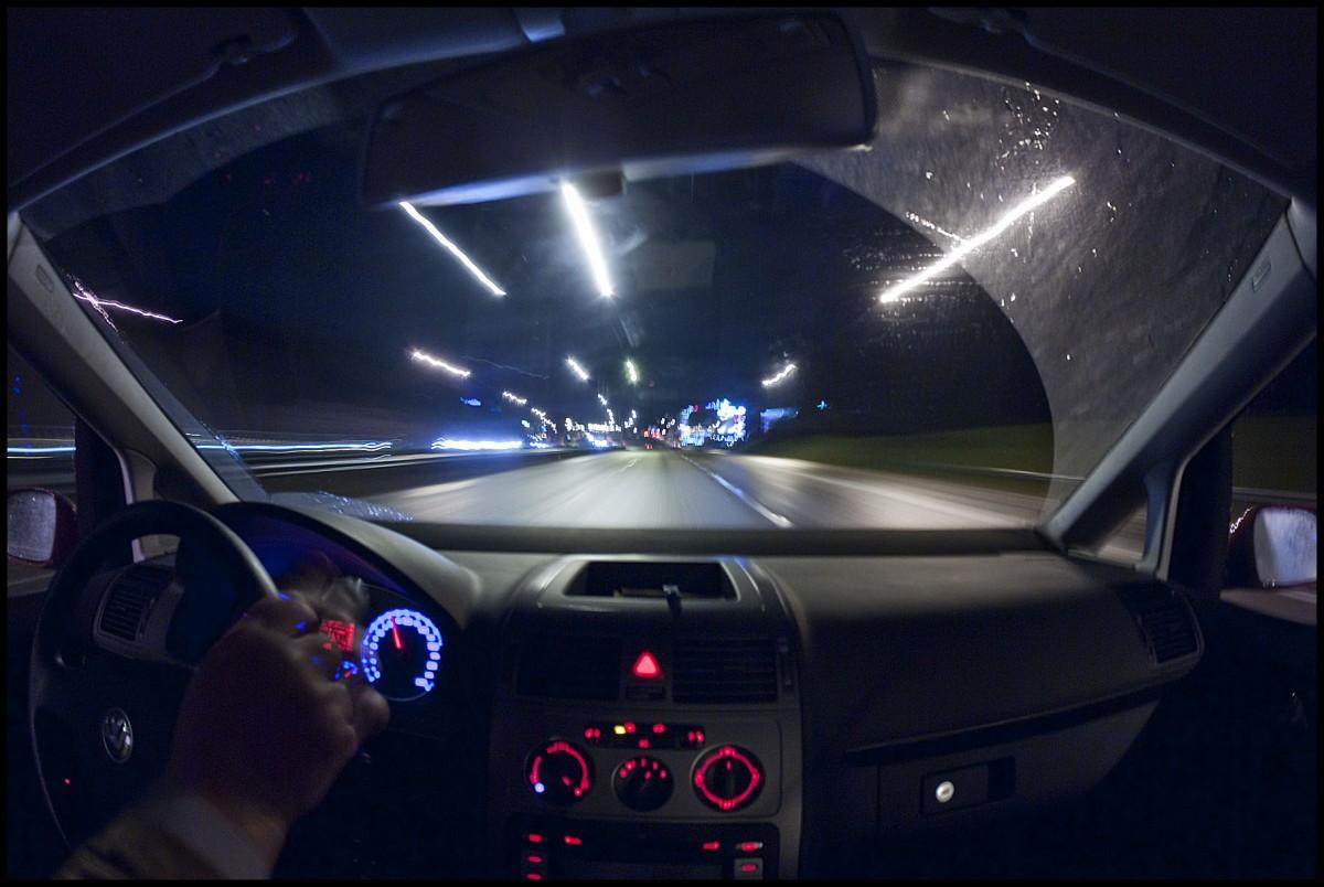 Đảm bảo tầm nhìn là kinh nghiệm lái xe ô tô vào buổi tối phải ghi nhớ kỹ