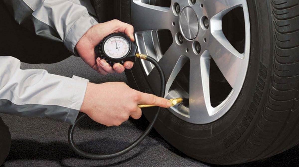 kiểm tra lốp xe trước khi đi đường dài