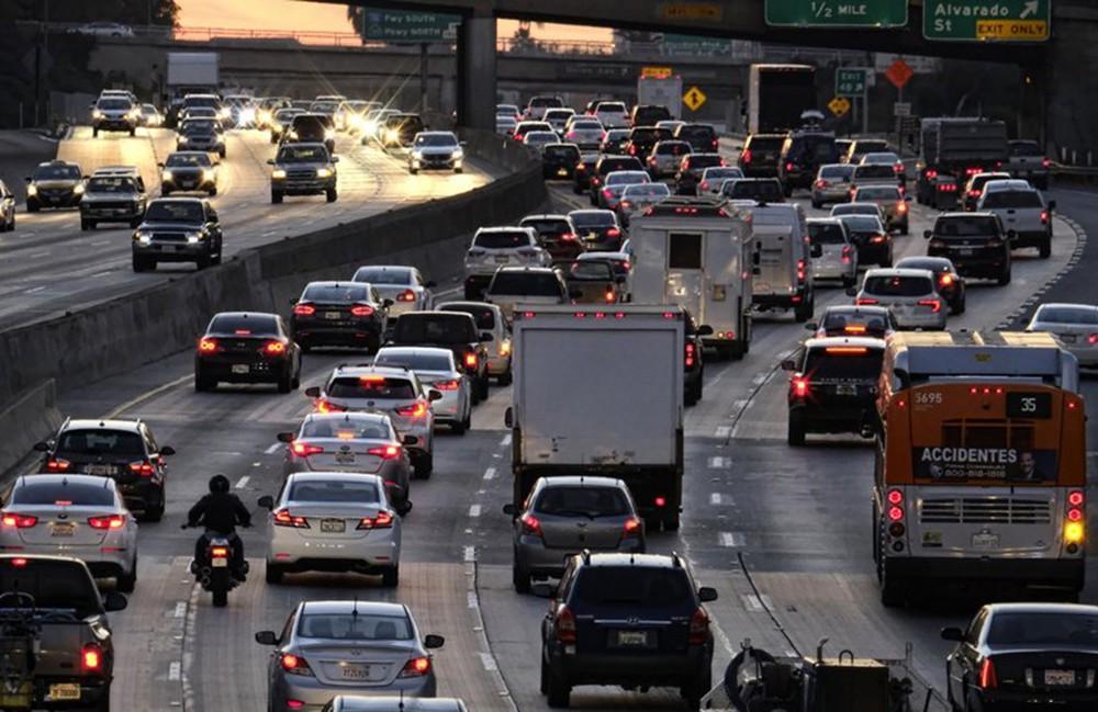 lái xe ô tô khi tắc đường phải giữ được khoảng cách an toàn với xe xung quanh
