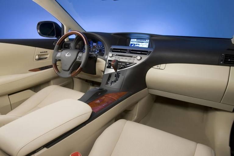 Nội thất trên Lexus RX350 đời 2011 cũng được bọc da cao cấp  như các thế hệ trước