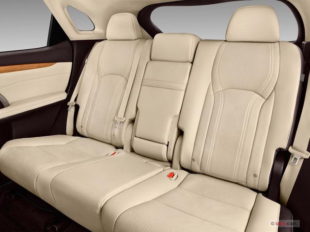 không gian hàng ghế sau RX350