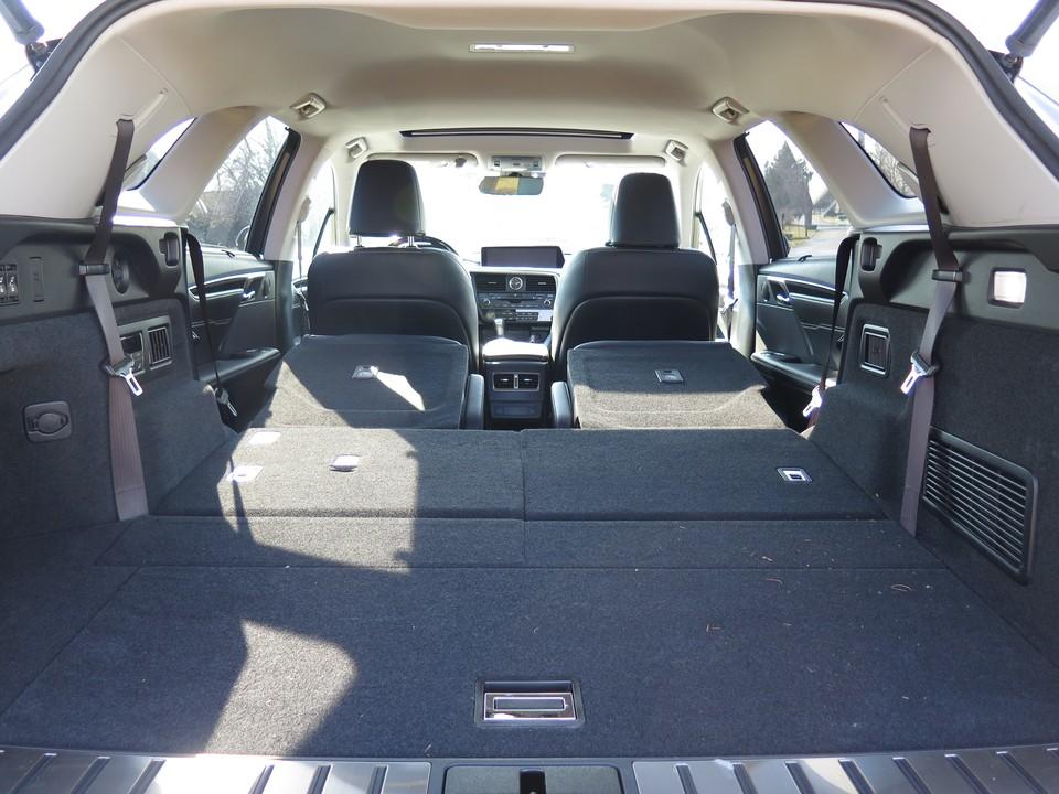 khoang hành lý 1594 lít khi gập ghế sau RX350