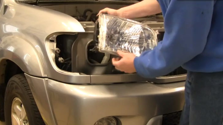 Khi nào cần thay bóng đèn pha ô tô? Cách thay đèn pha như thế nào