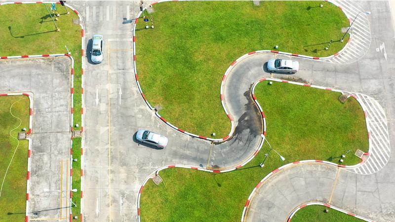 Lái xe qua đường vòng quanh co là kỹ năng cơ bản bắt buộc phải đạt trong kỳ sát hạch