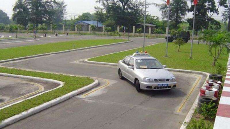 Láy xe qua đường quanh co rất dễ mắc lỗi bị trừ điểm hoặc truất quyền thi