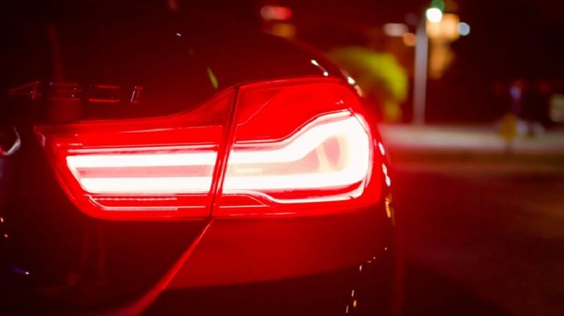 Bật đèn cảnh báo khi muốn lùi xe ô tô