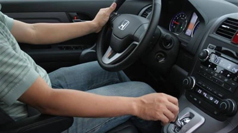 Ngồi tư thế thoải mái để thực hiện cách lùi xe ô tô an toàn