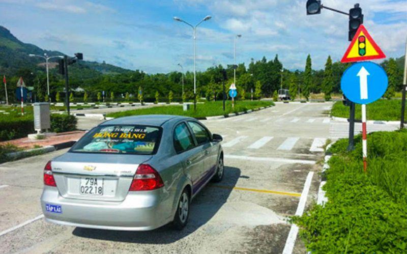 Phần thi cho xe qua ngã tư có đèn tín hiệu điều khiển giao thông
