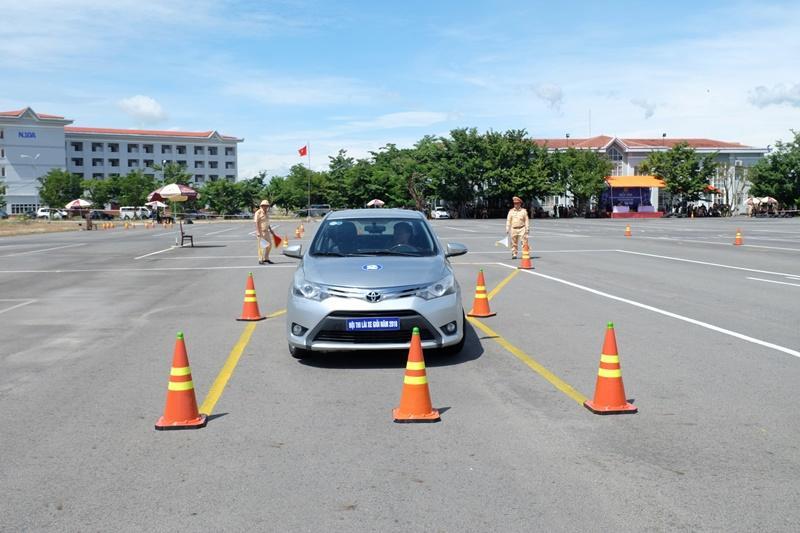 Khi lái xe tiến cần chú ý di chuyển với tốc độ hợp lý