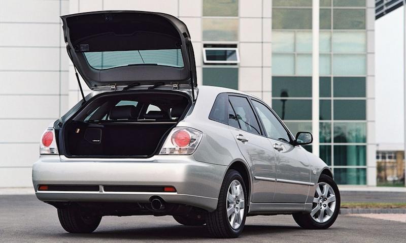 Mẫu xe Lexus IS200 được đánh giá có nhiều ưu điểm nổi bật