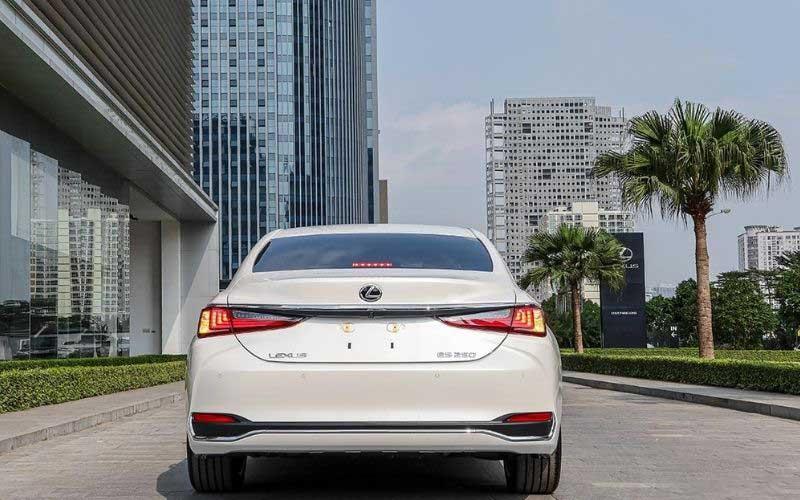 Nhìn từ phía sau xe Lexus ES250 2020