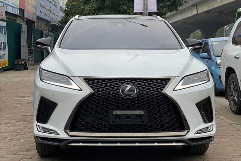 Lưới tản nhiệt hình con suốt và logo Lexus trứ danh