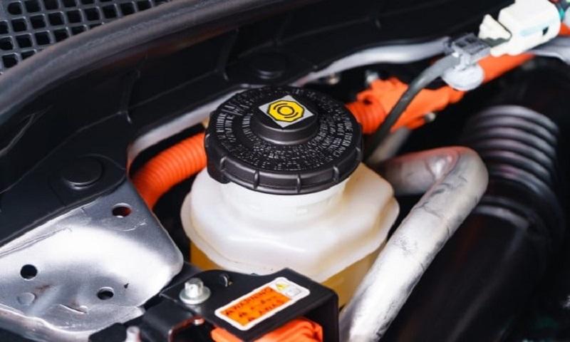 Thay dầu thắng (dầu phanh) cho xe theo định kỳ để đảm bảo an toàn