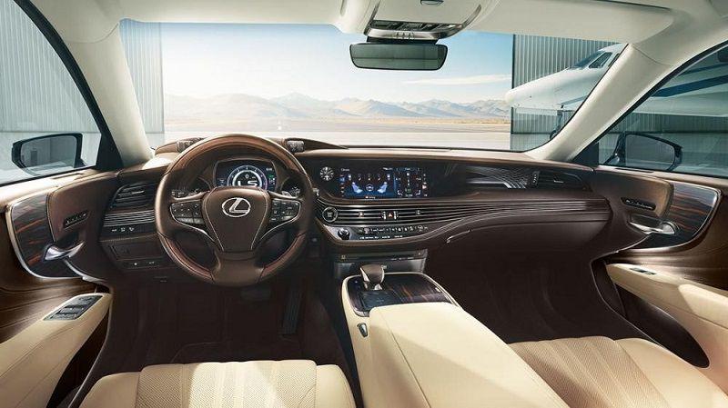 Nội thất của xe được làm bằng chất liệu da và kim loại sang trọng
